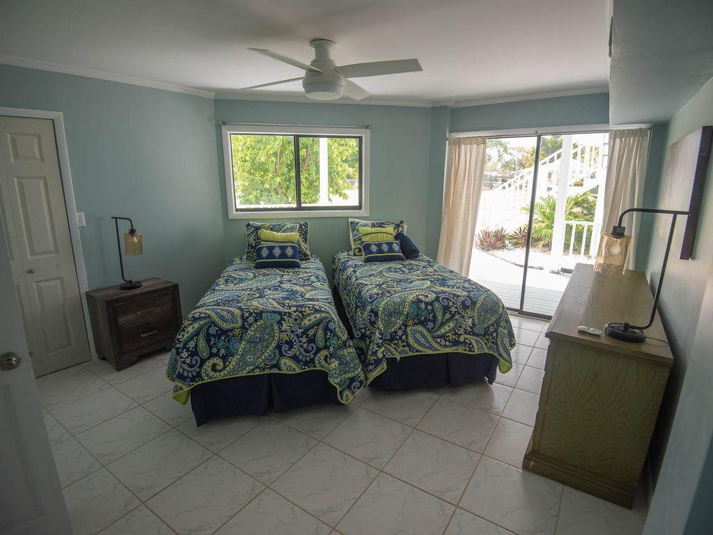 Fresh Creek Adventures Octagon - Lower Floor Bedroom #1 Twin Beds